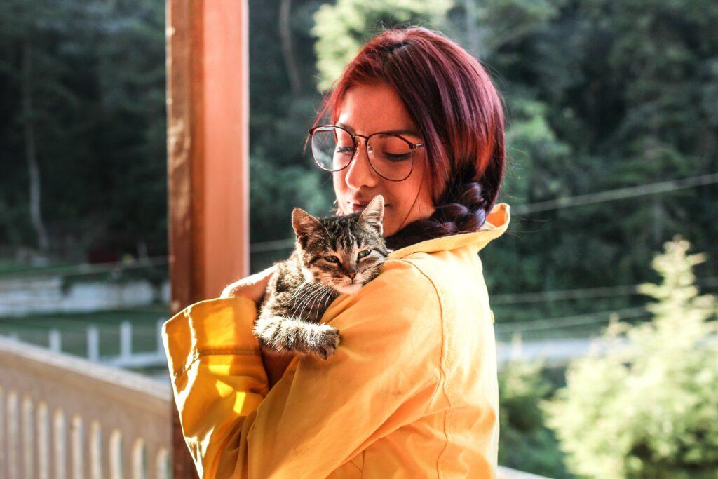 Kvinna med katt i famnen.